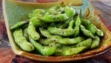 """В то время как эдамаме является основным продуктом в жареной картошке, а также вегетарианских блюдах, это растение может предложить целый ряд питательных преимуществ для любого человека. Эдамаме-это тип сои, который вы можете съесть, не обрабатывая его в первую очередь. В Соединенных Штатах он, по-видимому, наиболее популярен в качестве легкой закуски. Но люди начинают цепляться за эту сою как за источник белка, чтобы добавить к множеству других блюд тоже. Читайте дальше, чтобы узнать больше об этой сое и о том, как вы можете вписать ее в свой собственный рацион. Определение Эдамаме: бобовый, который является всего лишь одним типом сои Это один из многих доступных видов соевых бобов. Некоторые из других типов включают tempeh, мисо и tamari. Виды сои, с другой стороны, кроме того, включают тофу, соевую муку и соевое молоко. Но в отличие от других видов соевых бобов, эдамаме съедобны без обработки. Его название буквально означает """"бобы на ветке"""", из-за того, что вы можете забрать зеленые стручки с их ветвей и съесть их, как они есть. В то время как вы едите бобы этого растения, эдамаме технически считается бобовым. Набирая популярность в западных культурах, edamame-это что угодно, только не новое. На самом деле, считается, что он существует уже более 2000 лет, сначала его собирают в Китае. Затем они были введены в Японию, и с тех пор были основными продуктами во многих азиатских диетах. Однако некоторые историки еды считают, что эдамаме мог существовать задолго до этого, согласно древним китайским текстам. Историки подсчитали, что эдамаме окончательно пробился в Соединенные Штаты на рубеже 20-го века. Тем не менее, бобовые действительно не набирали силу до 1970-х годов, когда американские потребители стали больше интересоваться натуральными и органическими продуктами питания. С тех пор, эдамаме главным образом было использовано как легкая закуска и закуска, но оно также делает большее добавление к различным типам главных блюд. В чем разница между эдамаме и сахарным го"""