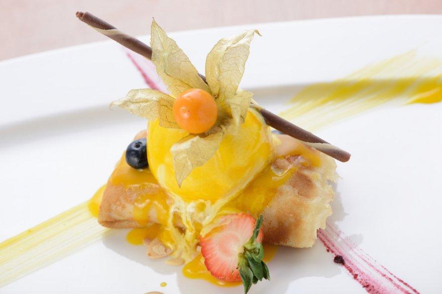 Блинчики с начинкой из миндального крема и персиков в сиропе
